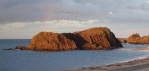 鬼がほえる如く赤く染まる立岩
